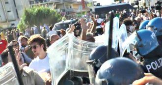 """Mondragone, tafferugli prima dell'arrivo di Salvini: polizia e carabinieri allontanano contestatori. Striscioni contro la Lega: """"Sciacalli"""""""