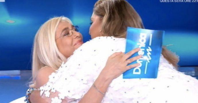 """Domenica In, Mara Venier abbraccia Romina Power: """"Non me ne frega niente"""". E scoppia il caos"""