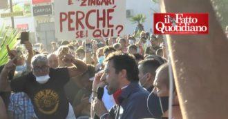 Mondragone, proteste contro Salvini: il leader della Lega interrompe il comizio e annulla la seconda tappa. Cariche e tafferugli con la polizia