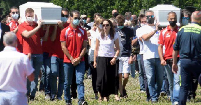 """Gemelli uccisi a Lecco, a Gessate il funerale di Elena e Diego. La mamma: """"Sempre al mio fianco, il vostro sorriso mi terrà compagnia"""""""