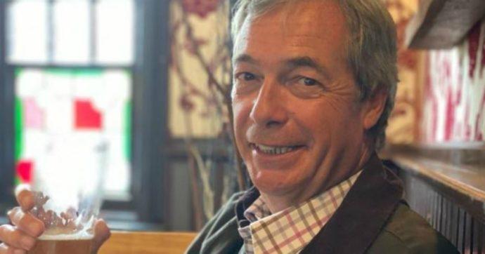 """Nigel Farage si fotografa con la birra al pub nel primo giorno di riapertura: """"È in quarantena obbligatoria, denunciato"""""""