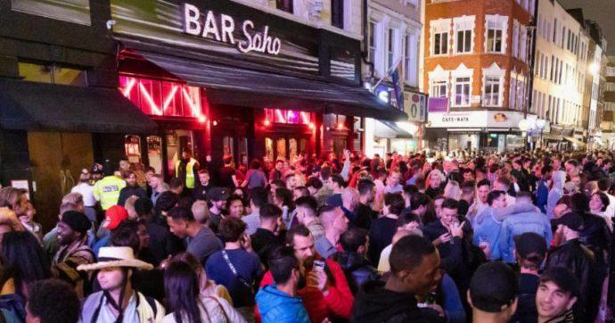 """Coronavirus. Uomini nudi, risse e calca. A Londra riaprono i pub e interviene la polizia: """"Gli ubriachi non vogliono rispettare le regole"""""""