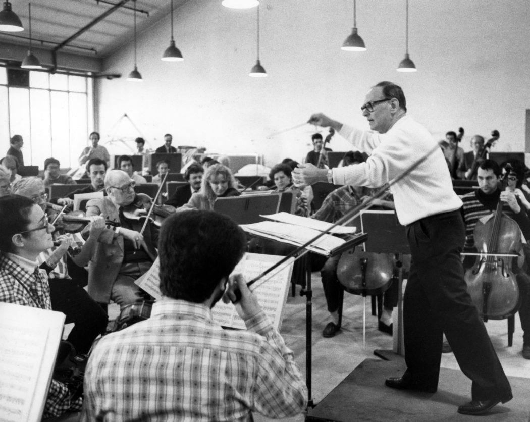 13/12/1988 Ennio Morricone (Roma, 10 novembre 1928) è un compositore, musicista, direttore d'orchestra e arrangiatore italiano. nella foto: Morricone Ennio con orchestra del Teatro Regio