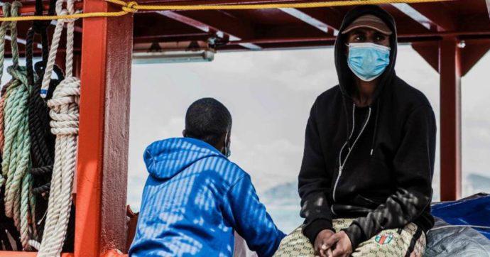 Ocean Viking, trasferiti sulla nave quarantena Moby Zazà i 180 migranti: tamponi negativi