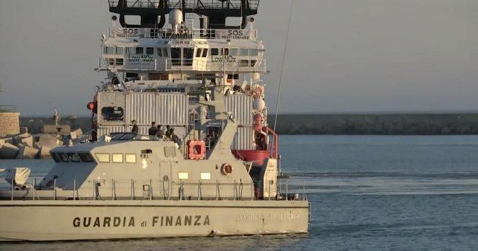 Migranti, il piano del Viminale: subito nave-quarantena o piano-B con positivi in caserme