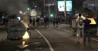 Belgrado, proteste contro il nuovo lockdown in Serbia. Roghi e scontri con la polizia