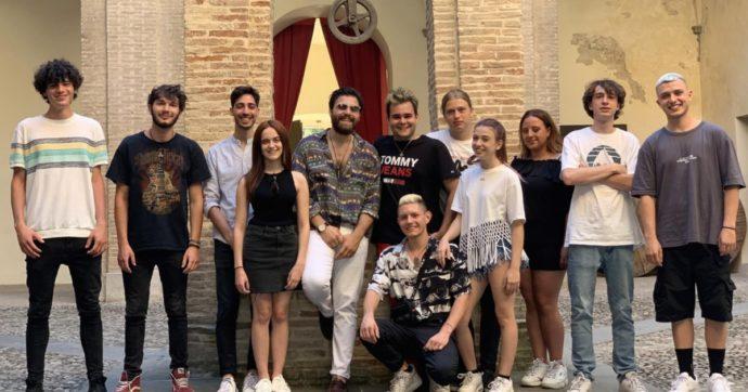 Festival di Castrocaro: ecco gli otto finalisti, solo uno sarà ascoltato da Amadeus per Sanremo Giovani 2021. Stefano de Martino (senza Belen) condurrà lo show