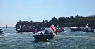 Mose, la protesta di comitati e associazioni sulle barche davanti a piazza San Marco: le immagini
