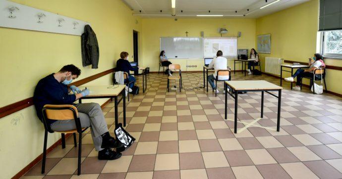 Rientro a scuola, un metro di distanza seduti al banco e mascherine quando si è in gruppo: il ministero risponde ai dubbi dei presidi