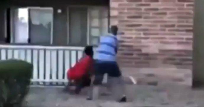 Lancia il figlio di tre anni dall'appartamento in fiamme: l'ex giocatore di football l'afferra al volo e lo salva. Il video fa il giro del mondo