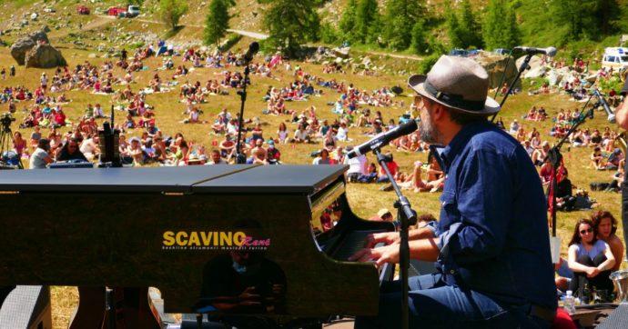 Brunori Sas canta in quota tra i monti della Valle d'Aosta: musica e note tra ruscelli e mucche dopo quasi due ore di salita verso le cime delle Alpi