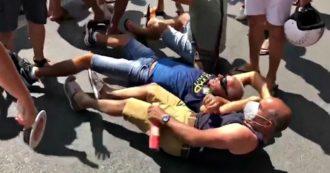Calabria, gruppo di residenti si sdraia a terra ad Amantea contro l'arrivo di 13 migranti positivi