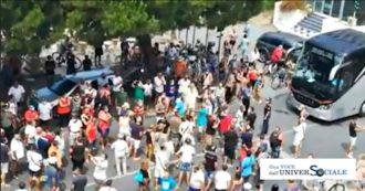 """Calabria, protesta dei cittadini ad Amantea per l'arrivo di 13 migranti positivi al coronavirus. Santelli: """"Navi quarantena o vieto gli sbarchi"""""""
