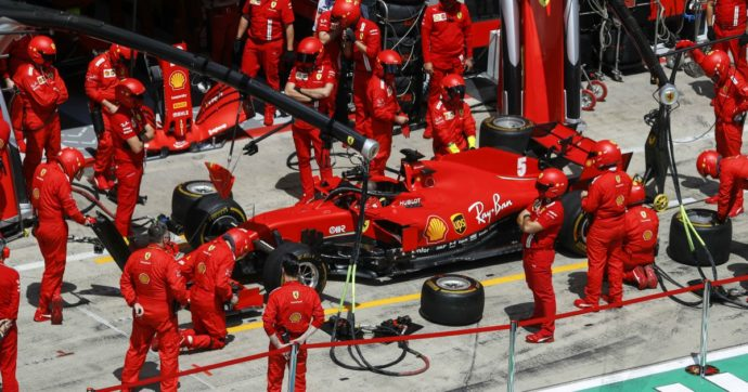 Formula 1, disastro Ferrari: autoscontro tra Leclerc e Vettel al primo giro del gran premio di Stiria, entrambi ritirati. Vince Hamilton