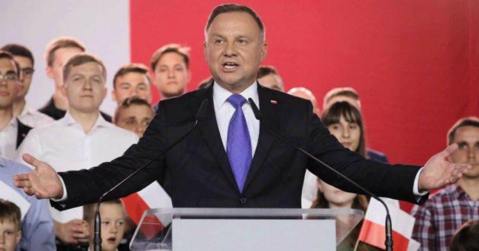 """Elezioni Polonia, il conservatore Duda resta presidente con il 51%: per pochi voti fallisce la svolta europeista. L'opposizione: """"Irregolarità"""""""