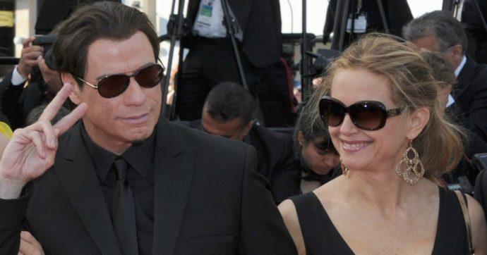 """Morta l'attrice Kelly Preston, l'annuncio del marito John Travolta: """"La mia bellissima moglie ha perso la battaglia contro il cancro al seno"""""""
