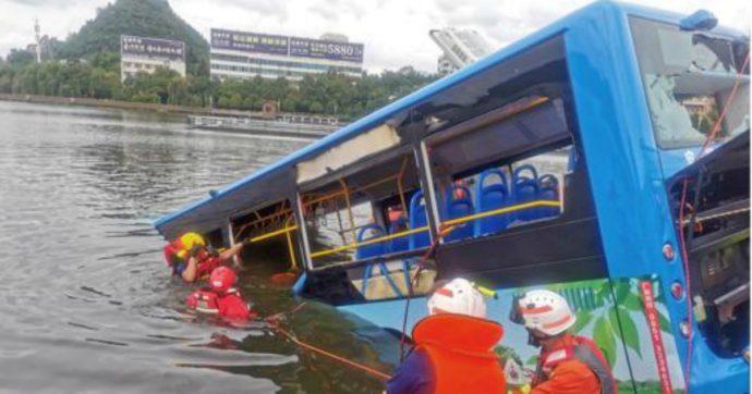 """Autista lancia il bus nel lago, 21 studenti muoiono annegati: """"Vendetta per l'esproprio e l'abbattimento della sua casa"""""""