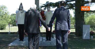 Sergio Mattarella e lo sloveno Borut Pahor alla foiba di Basovizza: i due presidenti si tengono per mano. Le immagini del gesto storico