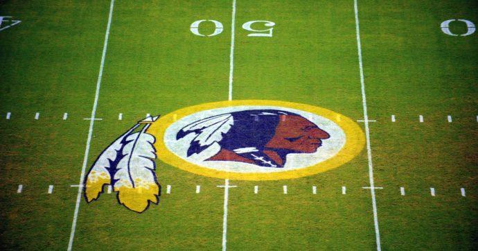 """Nfl, addio ai Washington """"Redskins"""": la società cambia nome dopo le accuse di razzismo in seguito alla morte di George Floyd"""