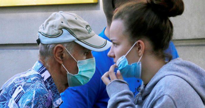 """Coronavirus, Iss: """"Contagi stabili da un mese, ma età media più bassa: 40 anni anziché 60. Nuovi positivi, il 30% è asintomatico"""""""