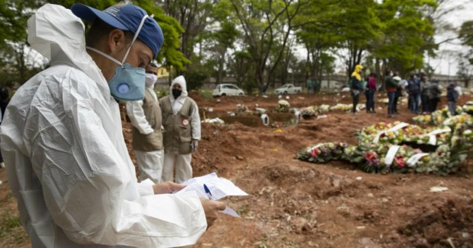 Chi rifiuta di indossare la mascherina scava tombe per le vittime del Covid-19
