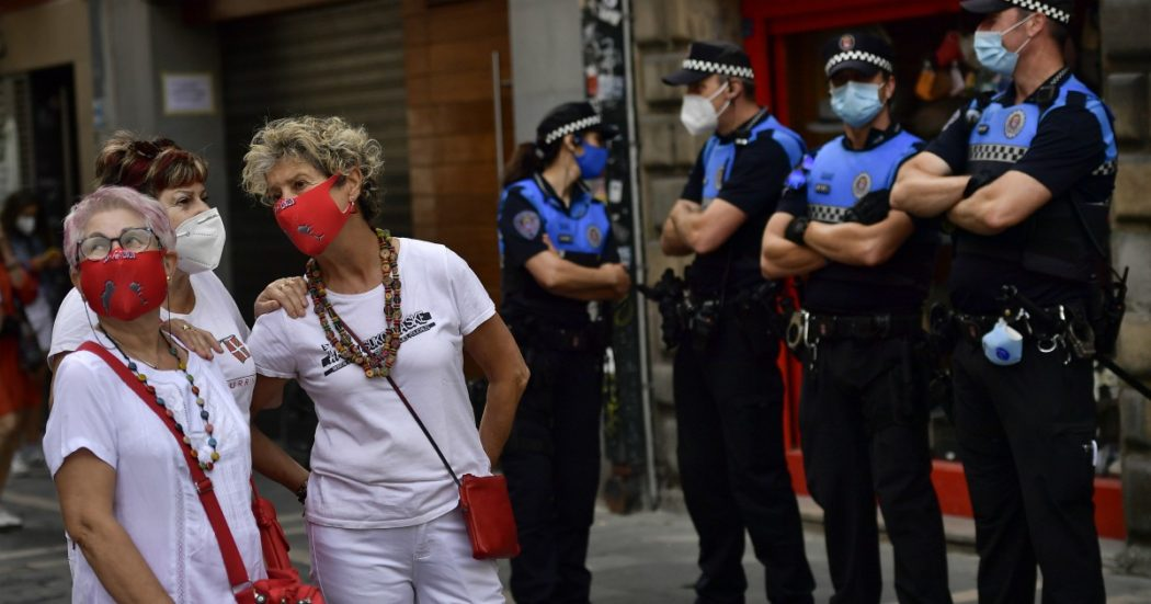 """Coronavirus, impennata di contagi in Catalogna: 1200 in un giorno. Francia valuta la chiusura delle frontiere. Iran, Rohani: """"Abbiamo stimato 25 milioni di casi"""""""