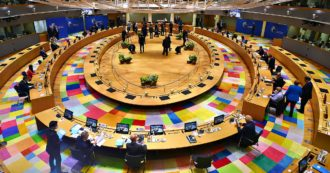 """Recovery fund e bilancio Ue, i leader trovano l'accordo. Von der Leyen: """"L'Europa va avanti"""". La strategia tedesca per superare i veti"""