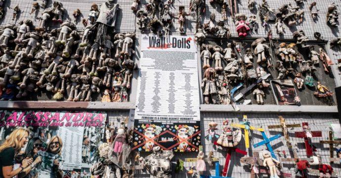 """Milano, bruciato il """"Wall of Dolls"""". Il muro delle bambole era un'installazione contro la violenza sulle donne"""