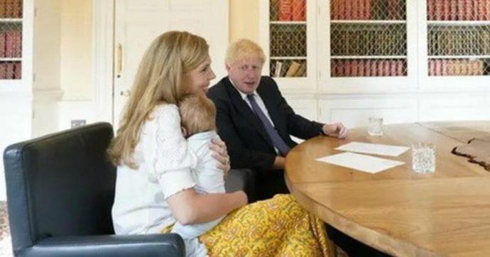 """Boris Johnson, la foto con il figlio Wilfred scatena le teorie complottiste: """"Troppo grande. Altro che due mesi, ha già un anno"""""""