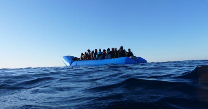 Lampedusa, barcone si rovescia durante il trasbordo: cinque migranti dispersi