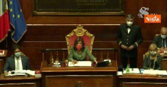 """Senato, Casellati interrompe Conte e richiama due senatrici: """"Non si possono fare foto in Aula"""""""