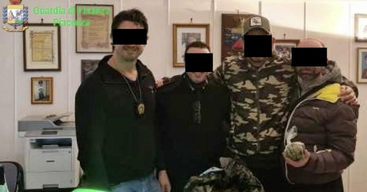 """Piacenza, l'intercettazione che smaschera le torture inferte dai carabinieri arrestati: """"Che… thumbnail"""