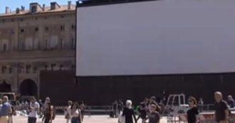 """Films porno sur grand écran sur la Piazza Maggiore. Vidéo: """"Avec les personnes âgées devant nous ..."""""""