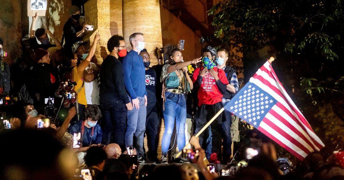 """Il sindaco che scala l'Everest, ma """"inciampa"""" sui lacrimogeni"""