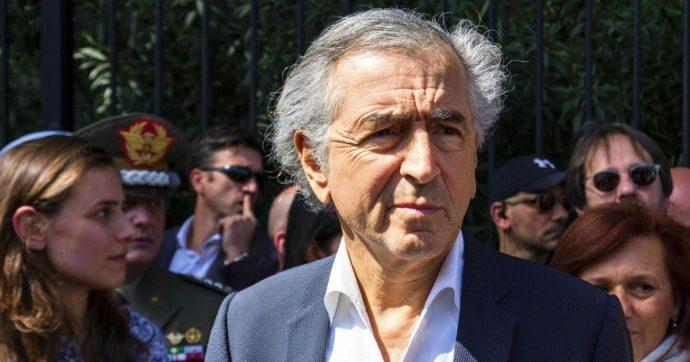 Bernard-Henri Lévy, il suo convoglio attaccato in Libia da milizie pro-Sarraj: 'Non era stato invitato'. Lui: 'Qui per reportage fosse comuni'