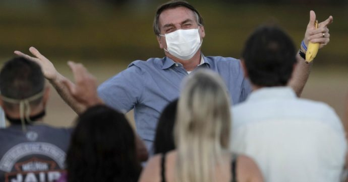 """Coronavirus, Bolsonaro dopo il Covid: """"Ho la muffa nei polmoni"""". E sua moglie è positiva"""