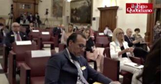 """Sgarbi al convegno sul Covid: """"Mascherina solo al chiuso"""". Ma in sala pochi la indossano. E nega i numeri: """"Nessun morto da due mesi"""""""