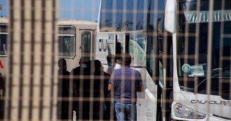 """Migranti, fuga anche a Porto Empedocle: erano 520 in una struttura che poteva ospitarne 100. Di Maio: """"Inconcepibile non rispettare la quarantena"""". Lamorgese: """"Militari per controllare i centri"""""""