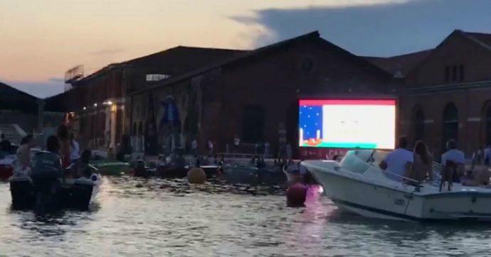 A Venezia il cinema è sull'acqua: è il primo drive-in italiano in barca. L'inaugurazione al tramonto – Le immagini