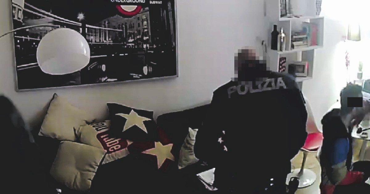 """Lo schiaffo del poliziotto durante la perquisizione. """"Io a questo lo uccido"""". Questura avvia indagine interna"""