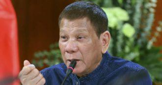 """Filippine, il consiglio del presidente Duterte ai poveri: """"Usate la benzina per disinfettare le mascherine"""""""