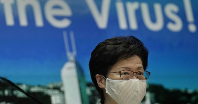 """Hong Kong rinvia di un anno le elezioni causa Covid: """"Situazione grave"""". Così Pechino prende tempo contro i dissidenti"""