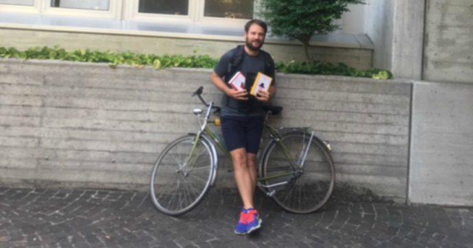 """Il professore che ha percorso 500 chilometri in bici per donare un libro a tutti i suoi alunni: """"È stato bello rivedersi dopo i mesi di lockdown"""""""