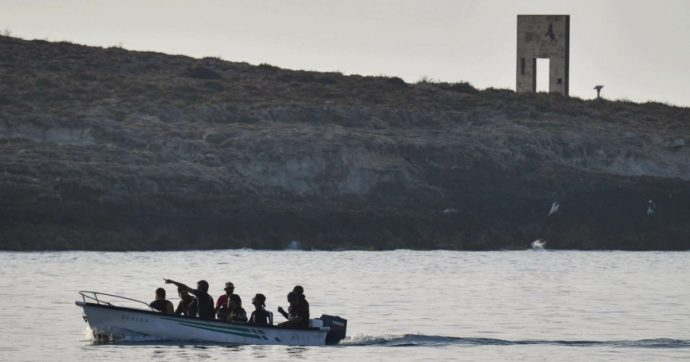 Nuovi sbarchi a Lampedusa: 200 migranti arrivati sull'isola. In 370 attesi al Cara di Caltanissetta. Pronta prima nave-quarantena