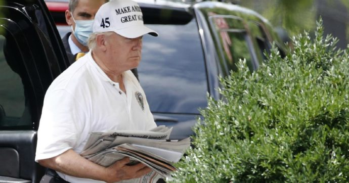 Trump, fuori i giornalisti dalla Convention: non era mai successo. E il livido sulla mano del presidente diventa un caso