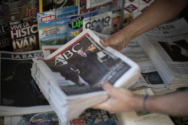 """""""Juan Carlos abbandona la Spagna"""": la notizia sulle prime pagine dei giornali spagnoli. Ma la moglie Sofia non lo segue"""