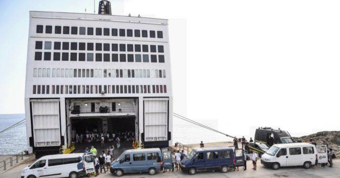 Lampedusa, migranti trasferiti sulla nave quarantena. Il mare mosso rallenta gli sbarchi
