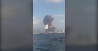 Esplosione a Beirut, il momento della deflagrazione e la colonna di fumo viste dal mare – Video