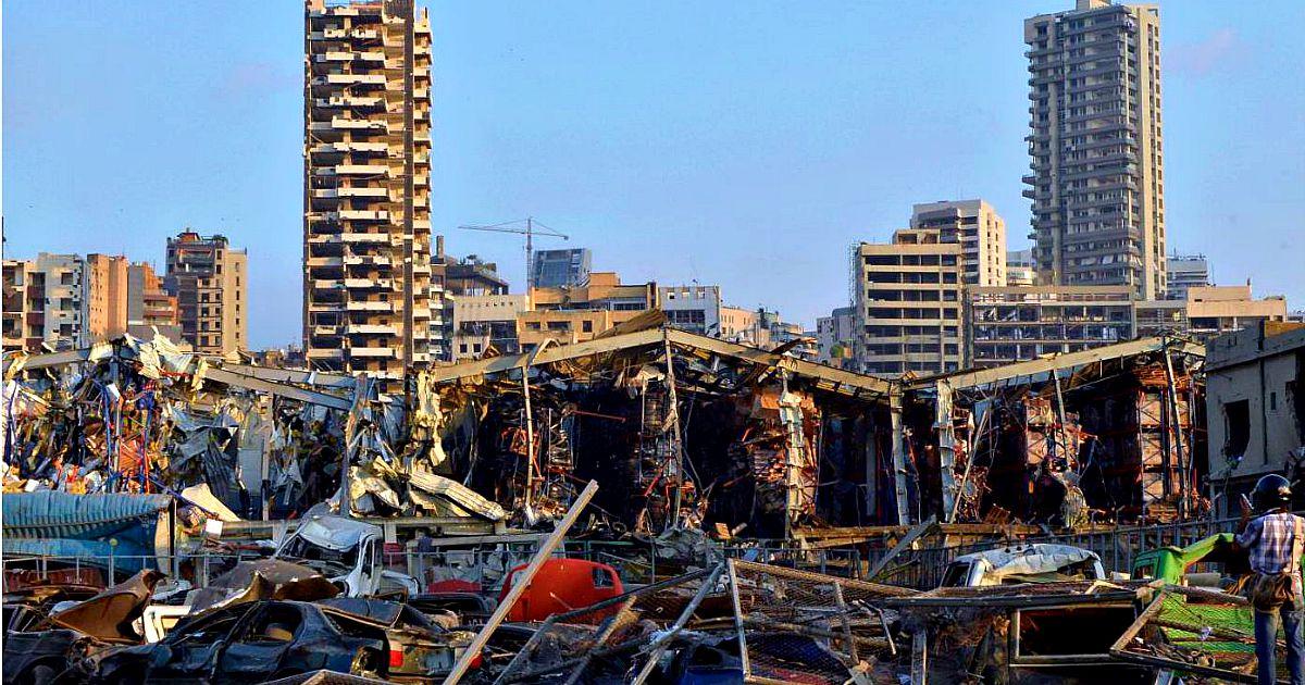 """Esplosione a Beirut, oltre 70 morti e 3.700 feriti. Devastazione per miglia. Il governatore: """"Città distrutta"""". Ministro dell'interno: """"Possibile causa del nitrato di ammonio immagazzinato nel porto"""" – Video e foto"""