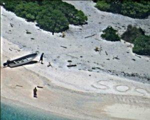 Naufraghi su un'isola del Pacifico, salvati dopo giorni grazie a un SOS scritto sulla sabbia